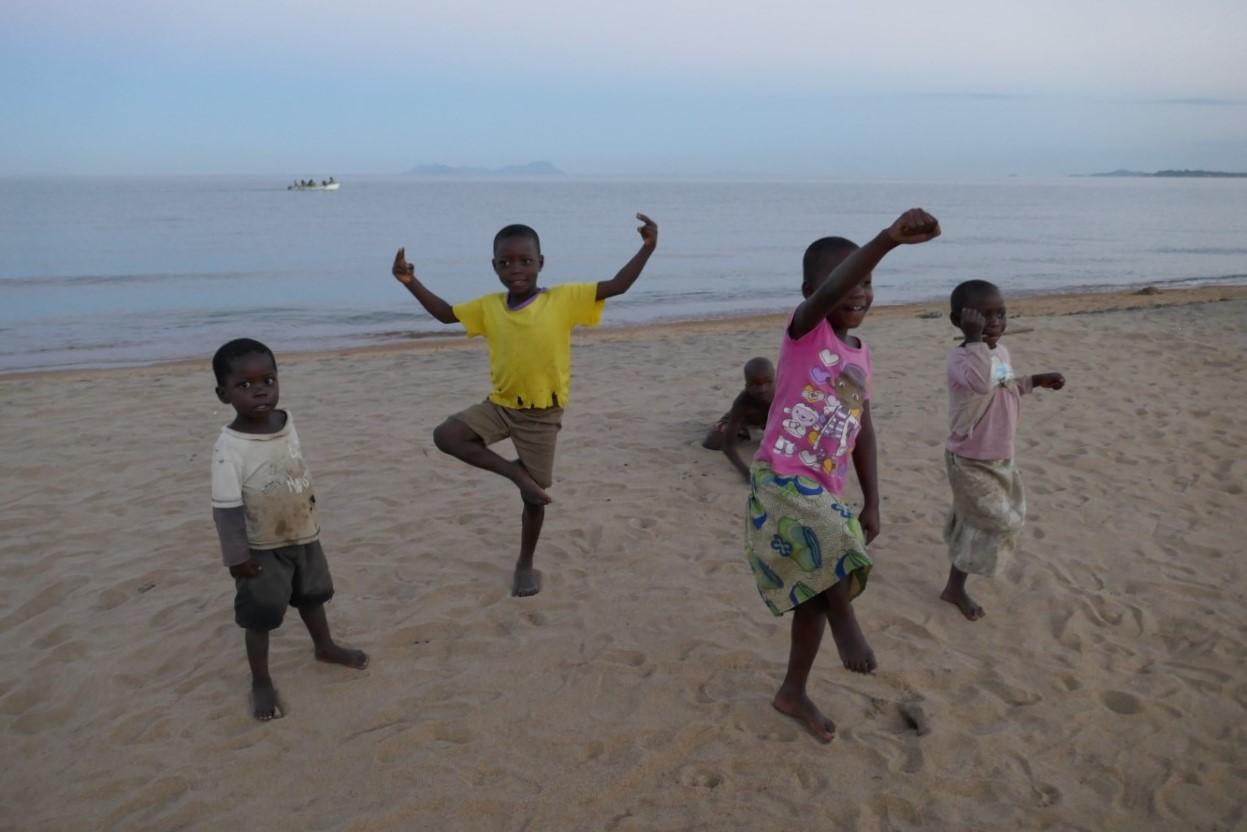 Kinderen op het strand, Senga Bay