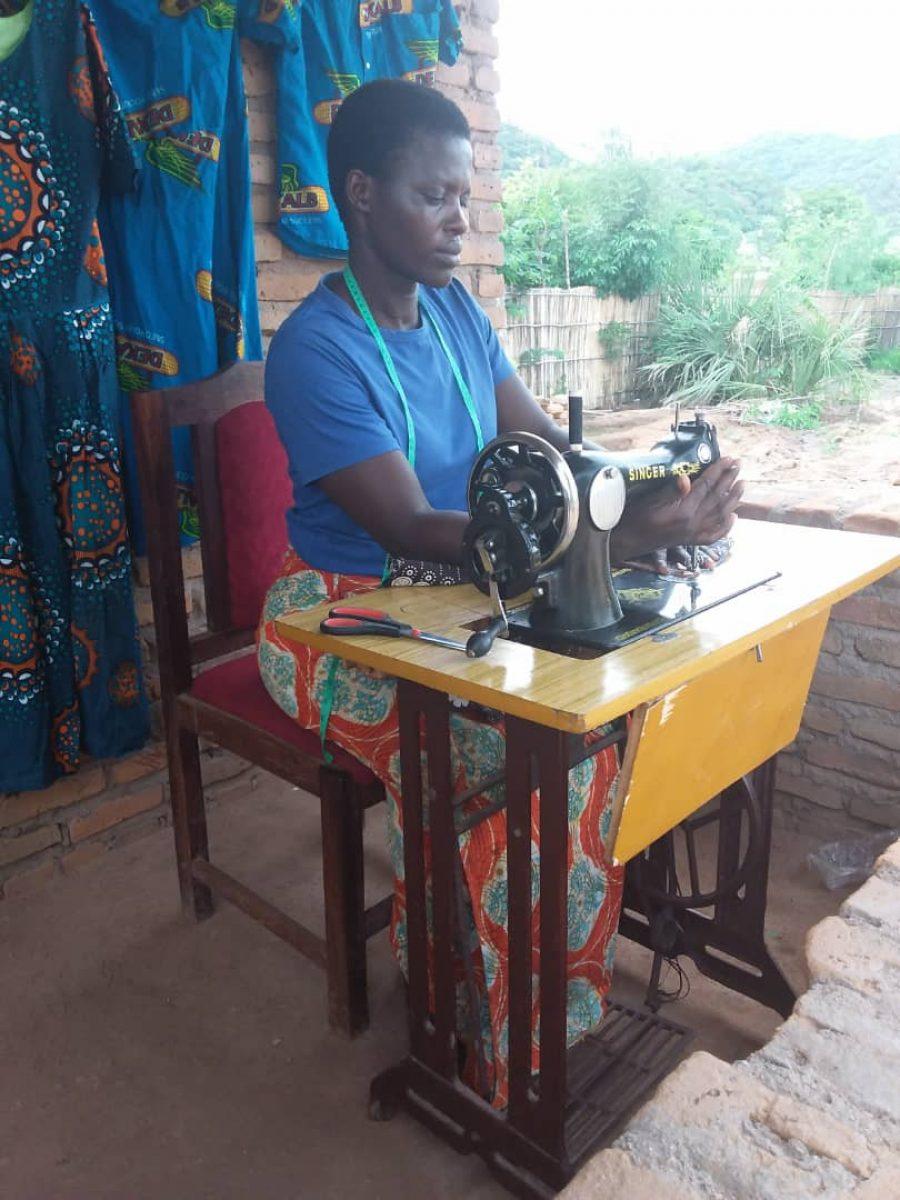 Vrouw aan het naaien