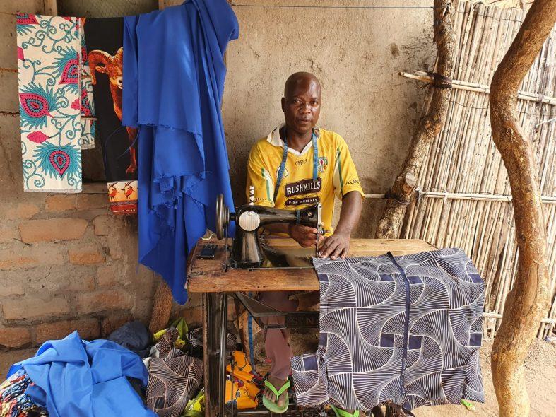 Man aan het naaien