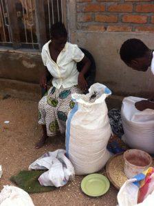 Jonge vrouw krijgt een zak mais