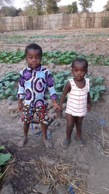 Jongetje en meisje in de tuin