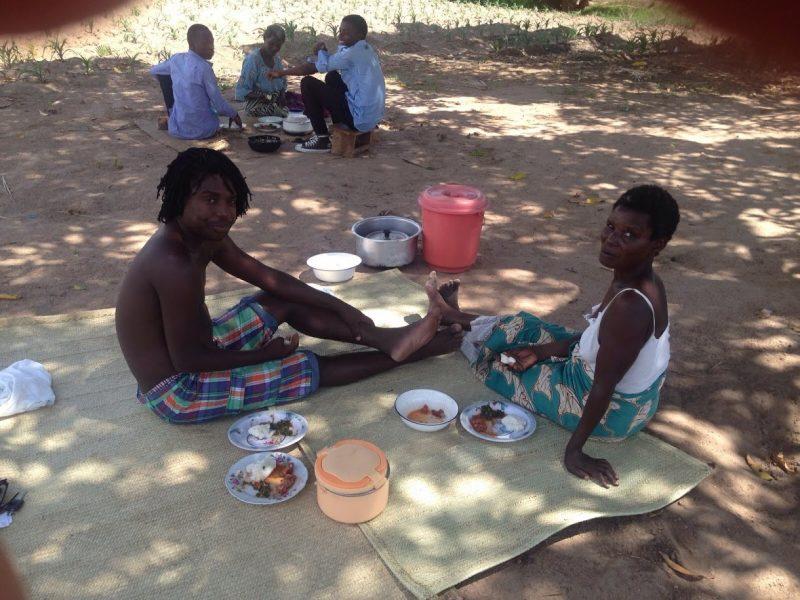 Nsima eten op een rieten mat
